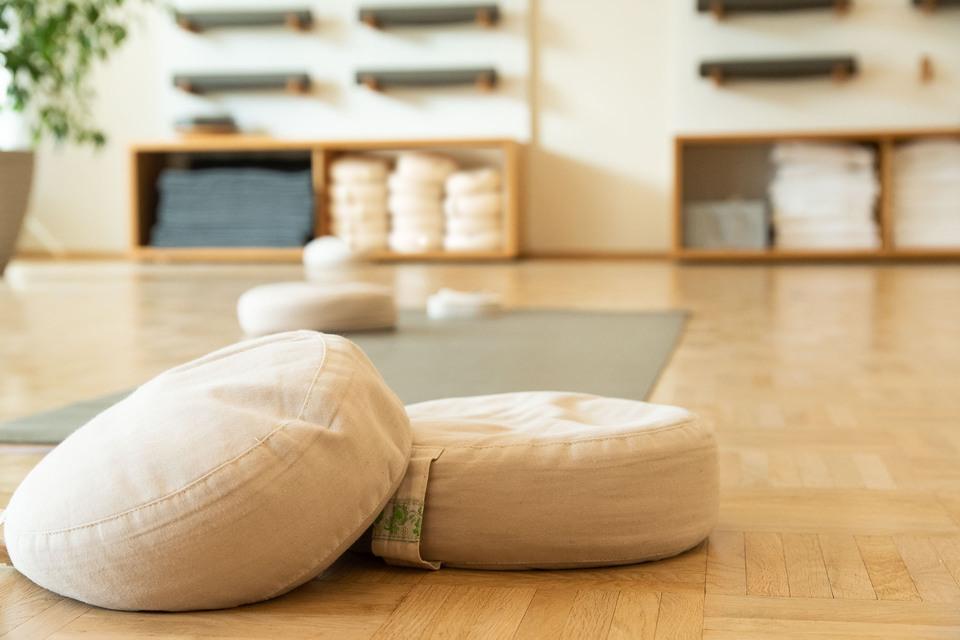 yogannette raum regale yogamatten meditation kissen